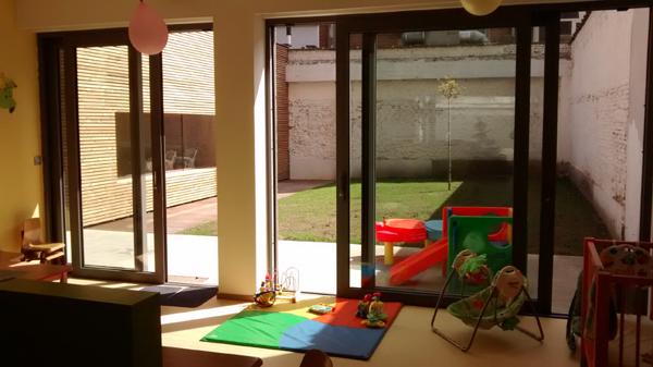 Verzorgingstafel en buitenruimte Kinderdagverblijf Chipollino - Kinderopvang centraal in Antwerpen bij Rooseveltplaats. Groepsopvang, mini-creche, ecologisch met herbruikbare luiers.